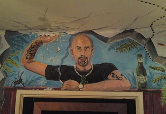 Gang: Zelfportret boven kastdeur