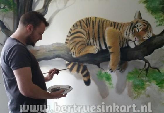 Slapende tijger op tak