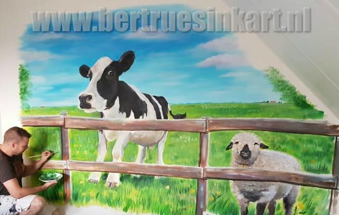 Een wei met een koe en een schaap!
