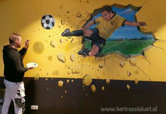 Voetballer door muur!