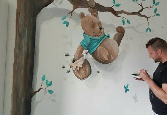 Winnie de Poeh slingerend aan tak