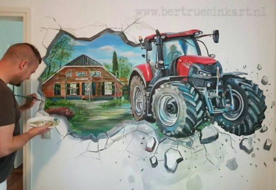 Case tractor door muur met op achtergrond eigen huis