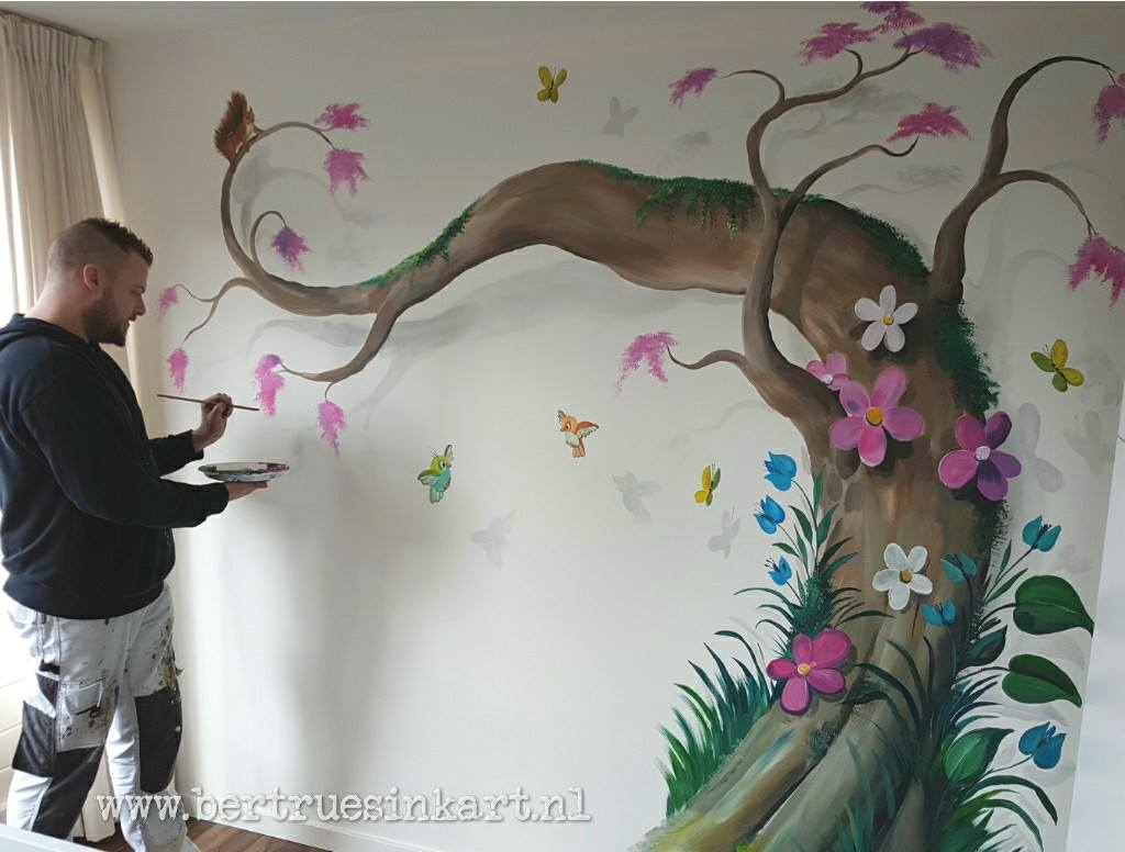 mooie sierlijke boom met vogels en vlinders