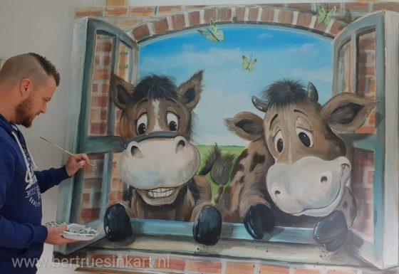 paard en koe kijken babybedje in